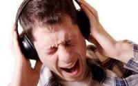 Можно ли слушать музыку в наушниках? Наушники портят слух человека.